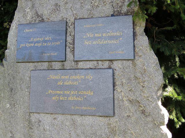 pamětní desky na Borůvkové hoře, kudy vede česko-polská hranice