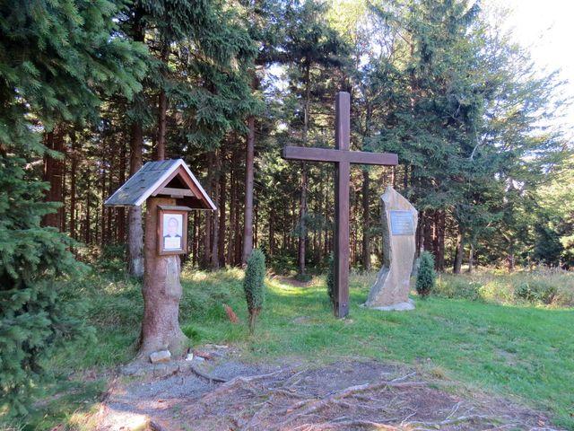pamětní deska polskému turistovi, který se zasloužil o zvelebení této lokality