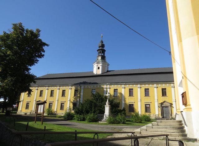 hlavní křídlo piaristické koleje, později klášter - v této budově jsme v roce 1972 byli na návštěvě, teď prý nemá využití