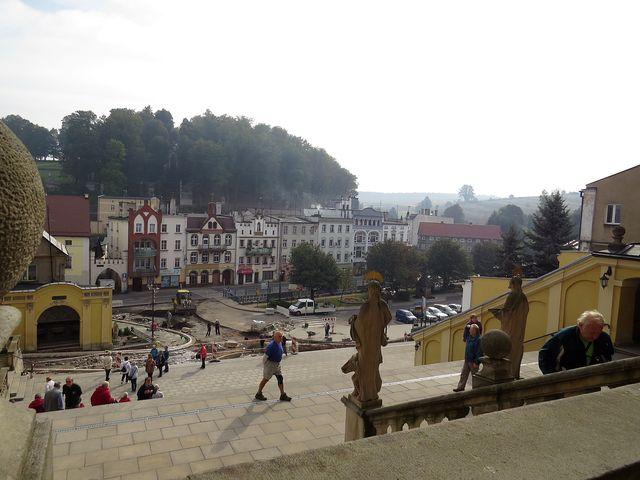 výhled ze schodiště baziliky na právě rekonstruované náměstí a Kalvárii s křížovou cestou a kapličkami