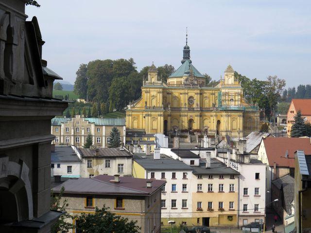 kostel a poutní domy ve Vambeřicích - pohled z Kalvárie
