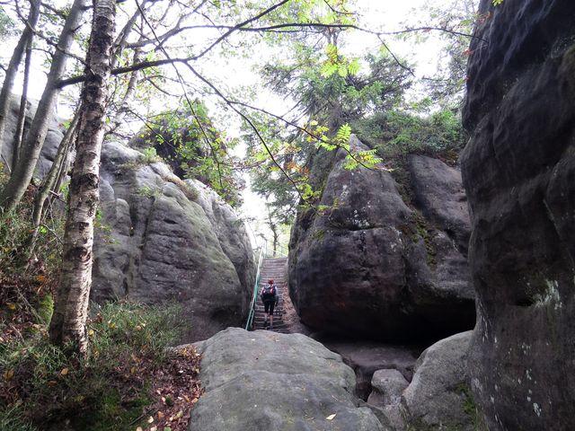 skalním labyrintem vede 680 schodů