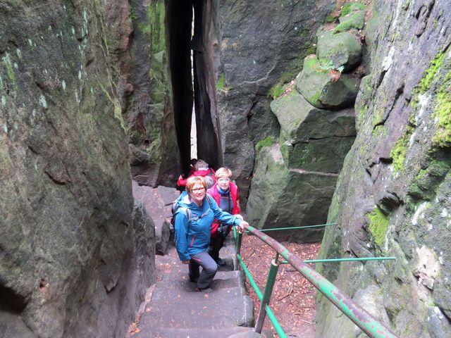 labyrintem chodeb provede návštěvníky spolehlivá stezka