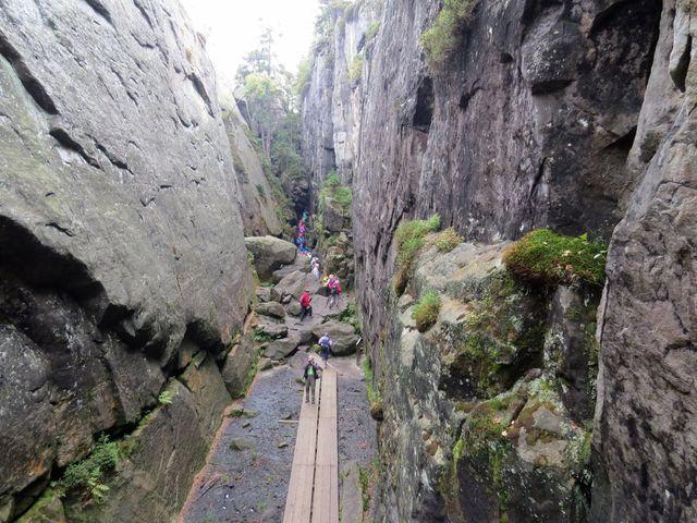 skalní rozsedlina pod vrcholovým plató