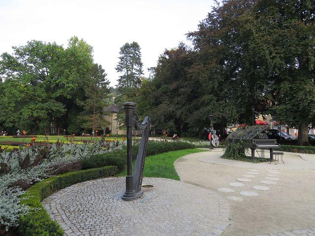 léčivé prameny vyvěrají v lázeňském parku