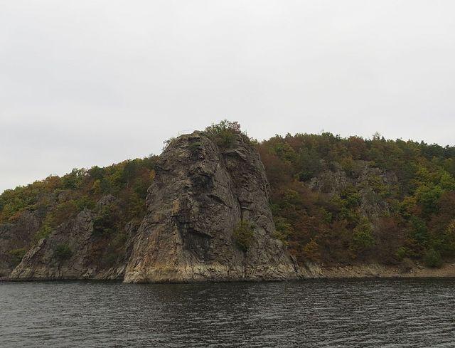 Wilsonova skála je z poloviny výšky zatopená vodami jezera