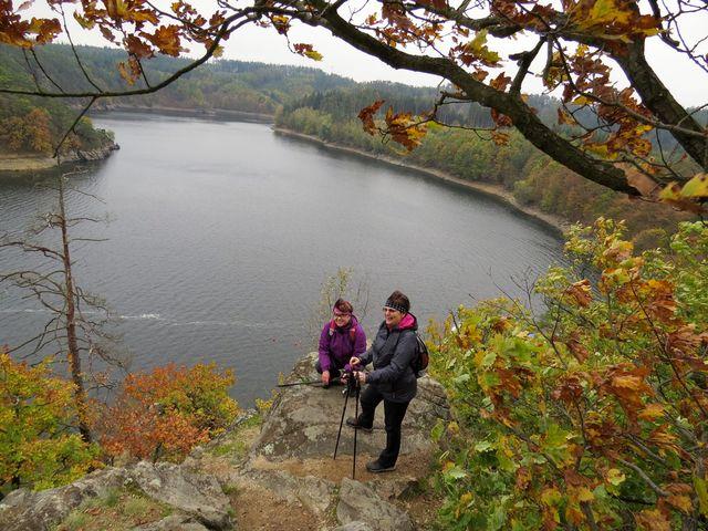na hřbetu skalisek nad přehradním jezerem