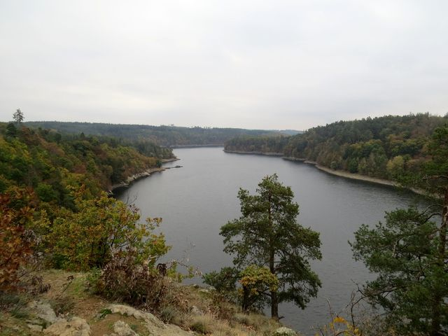 výhled z ostrohu nad přehradním jezerem