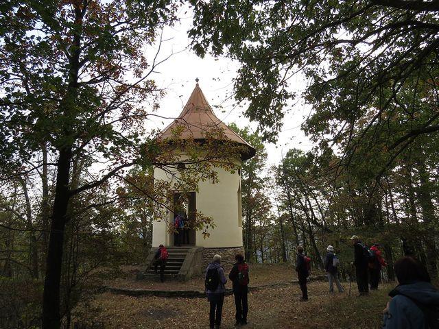 Gloriet stojí na ostrohu nad Divokou roklí od roku 1830