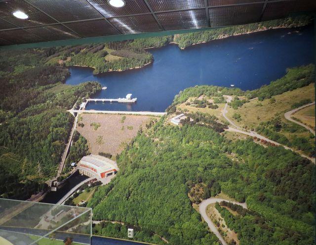 celkový pohled na budovu elektrárny pod hrází vodní nádrže Dalešice (z infopanelu)