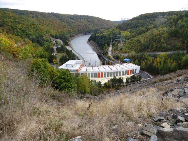 výhled z hráze na přečerpávací vodní elektrárnu Dalešice; www.svatosi.cz