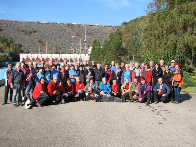 účastníci turistického semináře se sešli pod hrází přehradního jezera Dalešické elektrárny