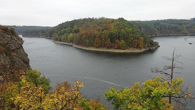 zátoky na přehradě vzdáleně připomínají norské fjordy; foto L. Tomáš