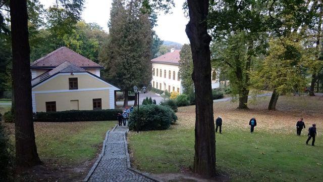 bývalé hospodářské budovy slouží jako rekreační středisko; foto L. Tomáš