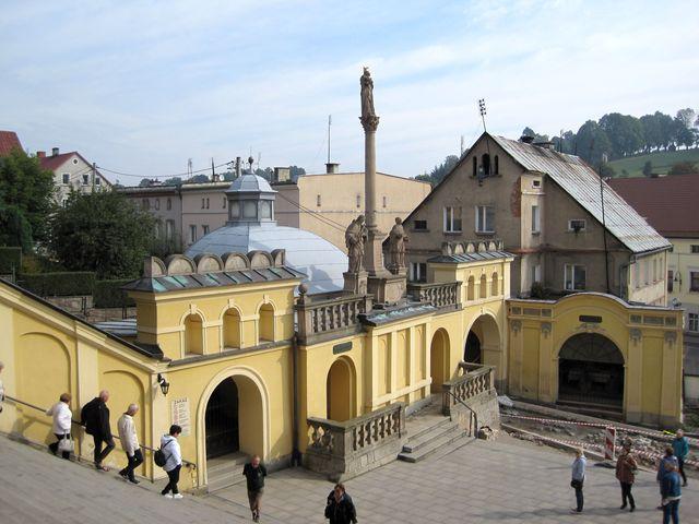 Brána svatyně a mariánský sloup