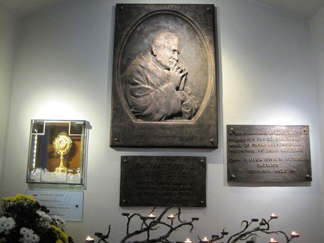 pamětní deska papeži Janu Pavlu II., který v roce 1955 sloužil v tomto chrámu mši svatou