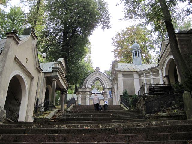schody, které vedou Bránou soudu na vrchol Kalvárie