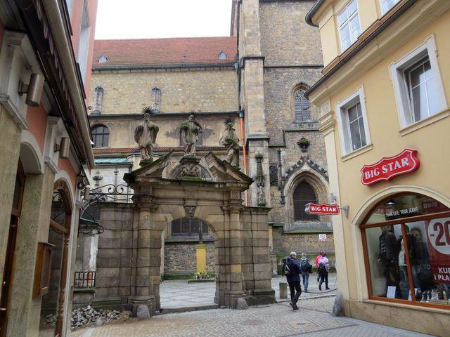 Černá brána, zbytek hřbitovní zdi u kostela Nanebevzetí Panny Marie