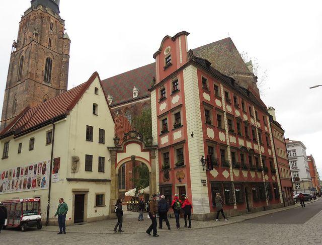 dva středověké domy spojené bránou, kdysi vedoucí na hřvitov u kostela sv. Alžběty