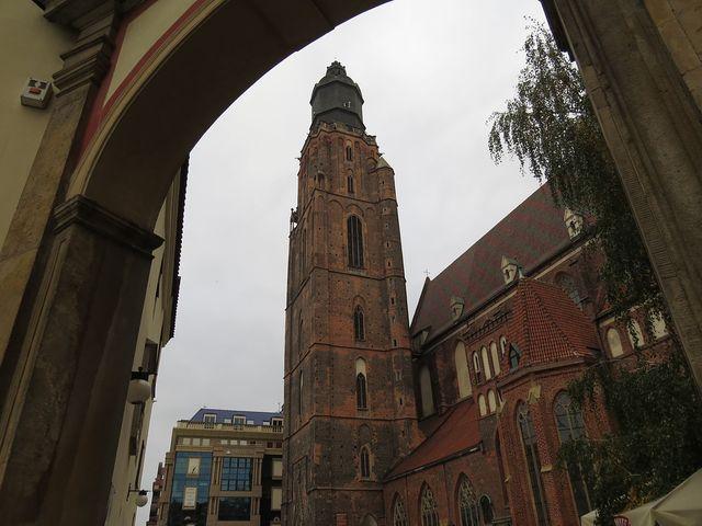 věž kostela sv. Alžběty je vysoká 91,5 metru