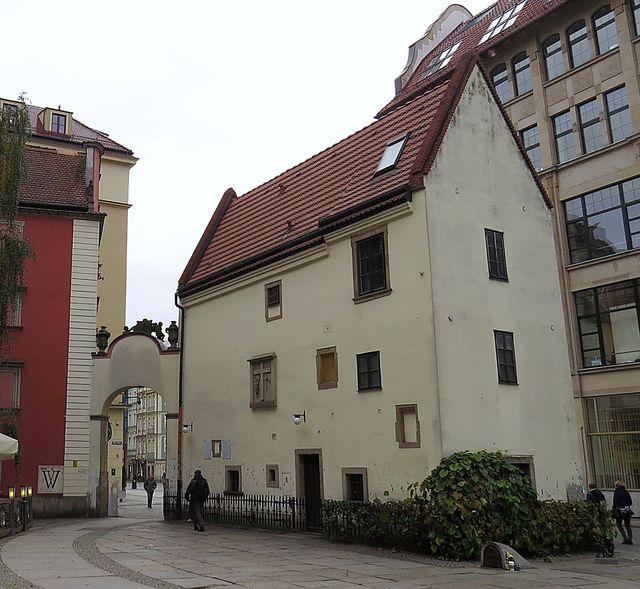 pohled na dům z nádvoří u kostela
