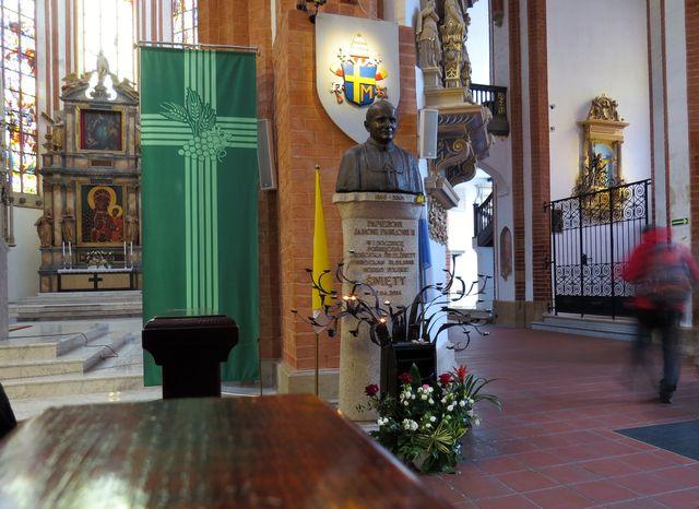 oltářní obraz a busta papeže Jana Pavla II. - sloužil tu v roce 1983 mši svatou