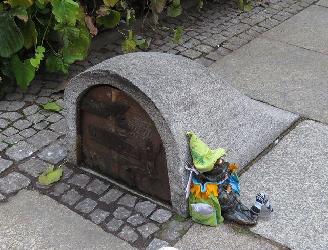 hlídač trpasličího podzemí - vchod je na nádvoří před kostelem sv. Alžběty