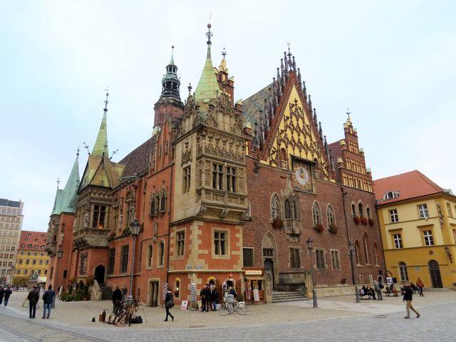 Stará radnice slouží jako muzeum, uprostřed jižního průčelí je vchod do sklepení, kde je v provozu nejstarší polská pivnice doložená už v roce 1275, Svidnická krčma