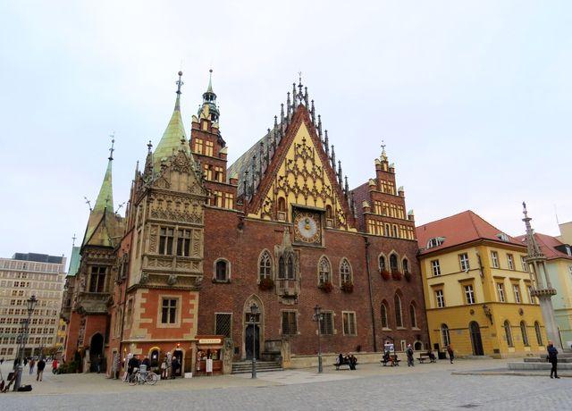 před Starou radnicí je středověký pranýř - sloup zcela vpravo