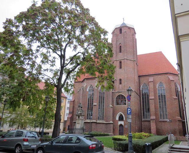 kostel sv. Matěje se sochou sv. Jana Nepomuckého