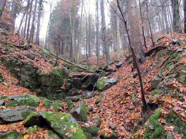 údolí potoka, který stéká z ostrohu Hradiště