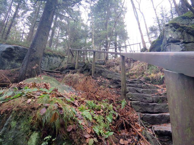 sestup z hřebene Boru - o 400 metrů níž do údolí