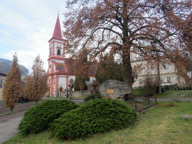 Machov - kostel sv. Václava a pomník ve válce padlým občanům