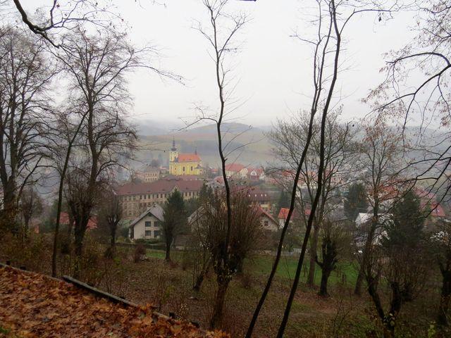 výhled z cesty ke hradu na centrum městečka Pecka