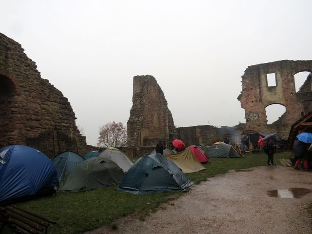zimní táboření na nádvoří hradu Pecka