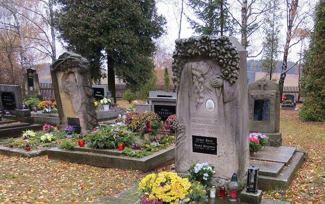 kvalitně provedené náhrobky na místním hřbitově