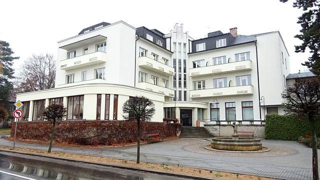 hlavní lázeňská budova v Lázních Bělohrad