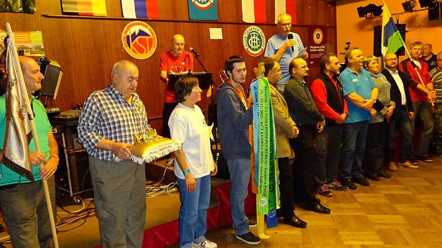současní pořadatelé z Lázní Bělohrad předávají odznaky charakterizující akci Poslední puchýř příštím organizátorům z Bučovic na Moravě