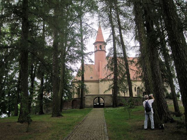 NS vede od zámku po Kateřinském kopci směrem k Homoli