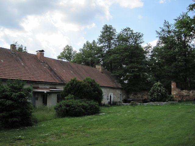 v těchto místech byla na začátku 16. století postavena tvrz, v 19. století sloužila jako škola