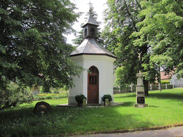 kaplička, vlevo památník řeholnice, vpravo pomník padlým