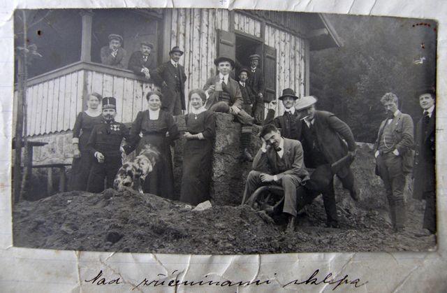 členové spolku budují 28.9.1914 sklep u nové chaty