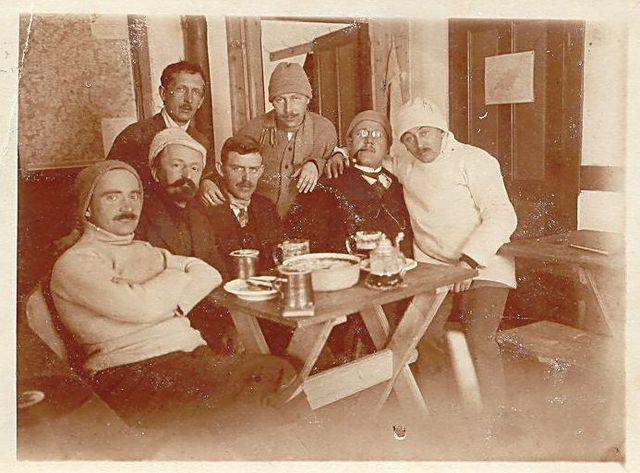 členové Spolku pro zimní sporty na své lyžařské chatě na Čeřínku v roce 1915