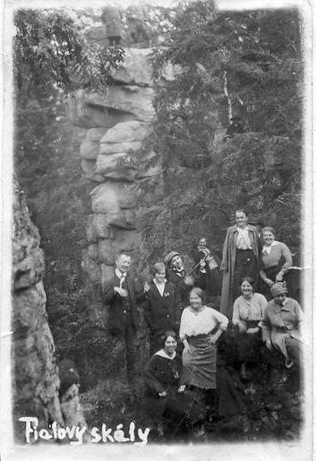 sudí Kofroň z Třeště vyfotil v roce 1916 skupinu výletníků pod Fialovými skalami na Čeřínku