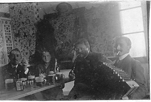 na chatě se 10. února 1918 pořádaly vepřové hody, všimněte si výmalby chaty
