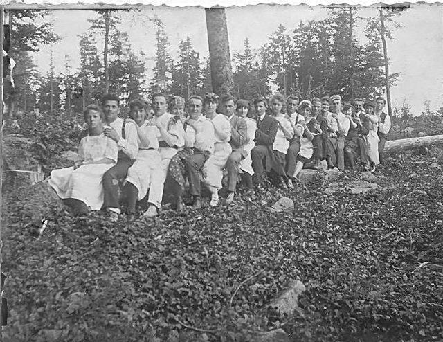 ČOB Jihlava na kládě, rychlovlak Jihlava - Čeřeň a zpět; tak zní popisek pod fotografií z léta 1920