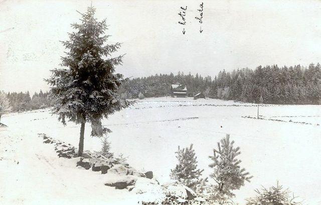 zimní pohled na obě chaty na Čeřínku, 25.11.1923, první sníh