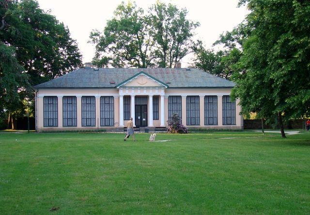 památník K. V. Raise v zámeckém parku v Lázních Bělohradě