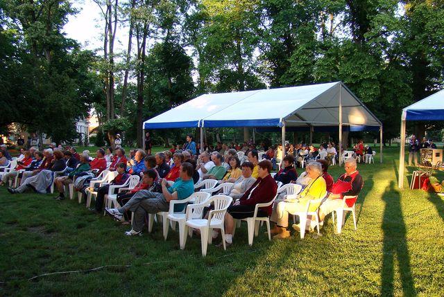 večerní program při zahájení Letního turistického srazu na začátku června 2008