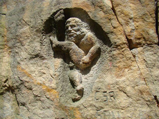 stěny lomu jsou pokryty sochařskými výtvory